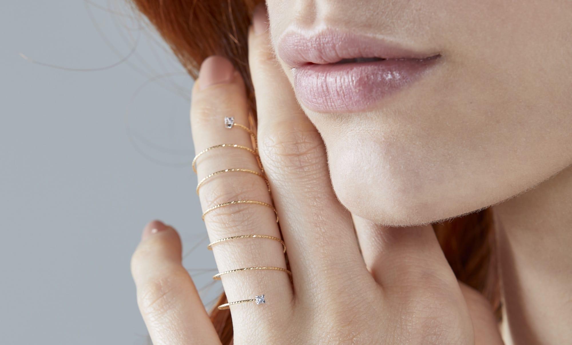 Silenzio anillo oro espiral zafiro - comprar online anillos juveniles - anillos modernos - joyeria marga mira